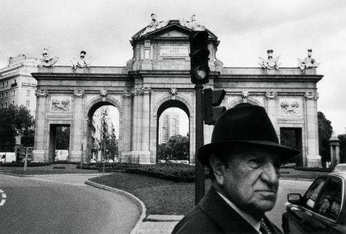 EXPOSICIÓN A PIE DE CALLE- Luis Pereira, ¡Vaya! Justo cuando hacía la foto. Madrid, 2002