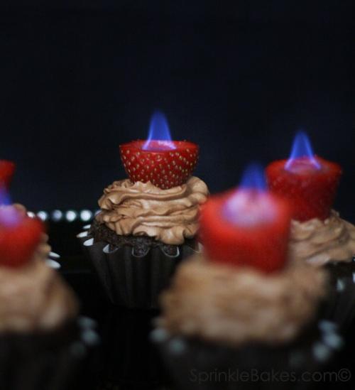 Cupcakes de chocolate con fresa flambé