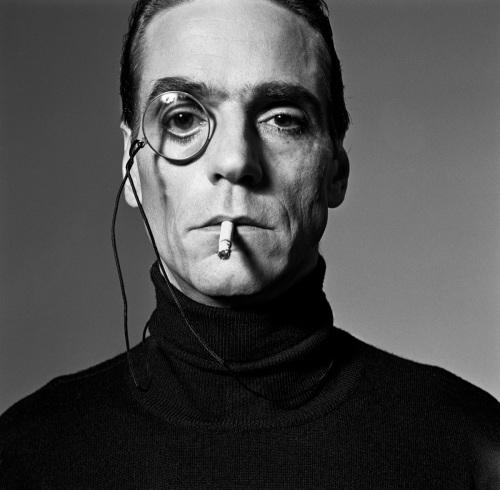 """Jeremy Irons_Interview_1990: Exposición """"Crescendo Fotográfico"""" by Michel Comte en La Triennale de Milán"""