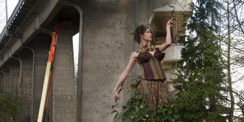 Nicole Dextras creó  trajes fabulosos con hojas y flores