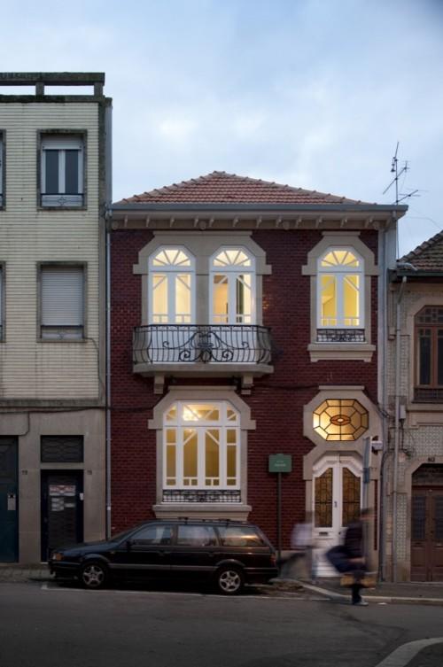Remodelación de una casa en Oporto by Spaceworkers  Foto: Fernando Guerra | FG+SG