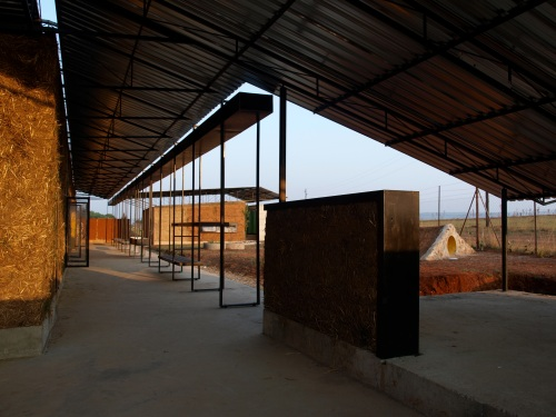 "Arquitectura de bajo coste: escuela ITHUBA "" IPHIKO "" by BASEhabitat   Photo: © Patricia Porsch"