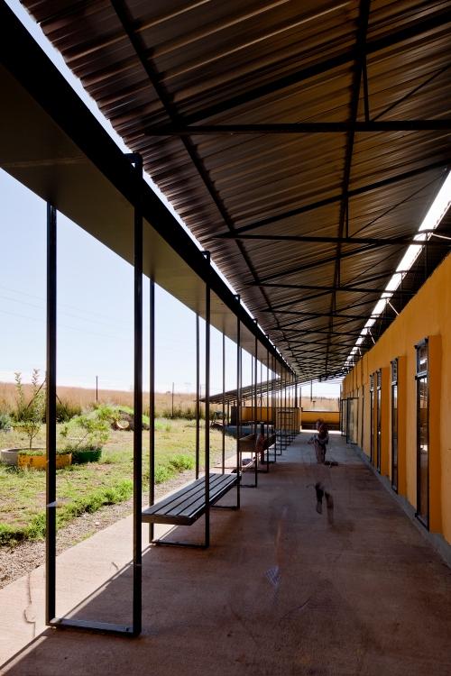 "Arquitectura de bajo coste: escuela ITHUBA "" IPHIKO "" by BASEhabitat  Photo: © Leon Krige"