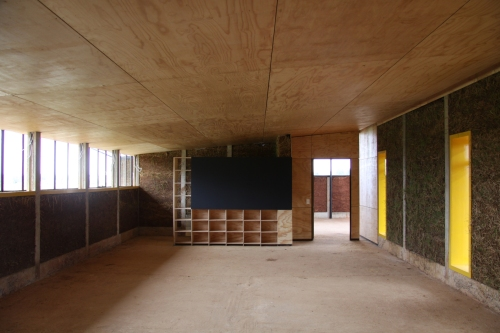 "Arquitectura de bajo coste: escuela ITHUBA "" IPHIKO "" by BASEhabitat  Photo: © Sebastian Vilanek"